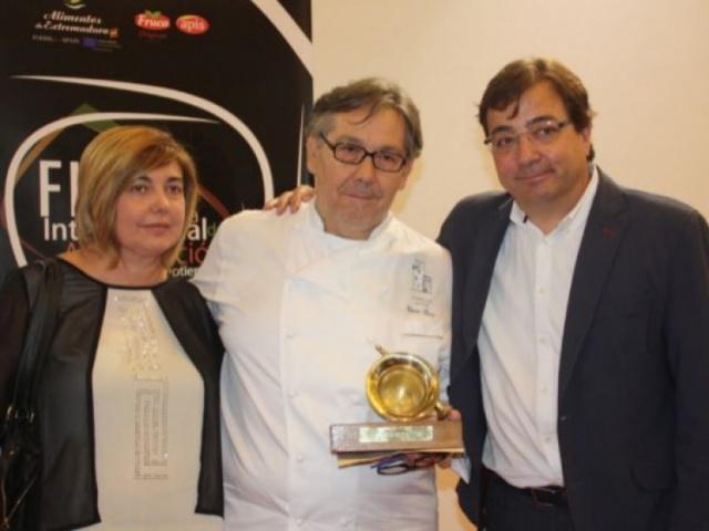 El presidente Guillermo Fernández Vara entrega el premio Almirez al chef César Ráez